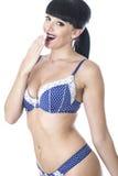 Sexy Betoverende Mooie Jonge Vrouw in het Blauwe en Witte Lingerie Lachen Stock Afbeelding