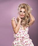 Sexy bezaubernde junge blonde Frau Lizenzfreie Stockfotos