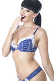 Sexy bezaubernde schöne junge Frau im blauen und weißen Wäsche-Lachen Stockbild