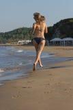 Sexy bloind in bikini op het strand Stock Afbeeldingen