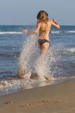 bloind in bikini op het strand Royalty-vrije Stock Afbeelding