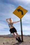 Sexy blond maniermeisje door verkeersteken stock afbeeldingen