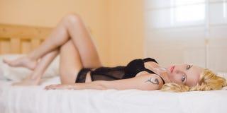 Sexy blond meisje op het bed Stock Foto