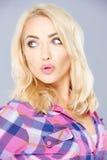 Sexy blond pruilend haar lippen in bewondering Stock Afbeeldingen