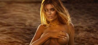 Sexy blonde Dame auf dem Strand Lizenzfreies Stockfoto