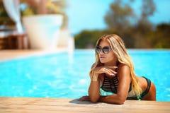 Sexy blonde Dame auf dem Strand Stockbild