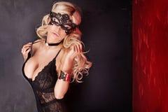 Sexy blonde Dame, die in der Wäsche aufwirft Stockfotos