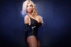 Sexy blonde Dame, die in der Wäsche aufwirft Lizenzfreie Stockfotos