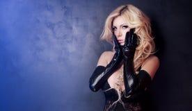Sexy blonde Dame, die in der Wäsche aufwirft Lizenzfreies Stockfoto