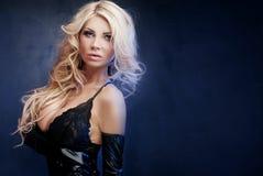 Sexy blonde Dame, die in der Wäsche aufwirft Lizenzfreie Stockfotografie