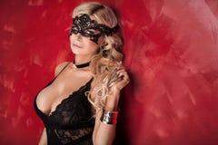 Sexy blonde Dame, die in der Wäsche aufwirft Lizenzfreie Stockbilder