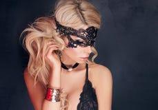 Sexy blonde Dame, die in der Wäsche aufwirft Stockbilder