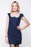 Sexy blonde Dame im blauen Kleid Lizenzfreie Stockbilder