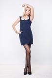 Sexy blonde Dame im blauen Kleid Stockbilder