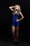 Sexy blonde Dame im blauen Kleid lokalisiert Lizenzfreie Stockfotografie