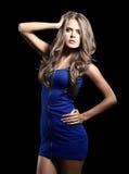 Sexy blonde Dame im blauen Kleid lokalisiert auf Weiß Stockfotografie