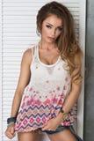 Sexy blonde Dame im weißen Hemd Stockfoto