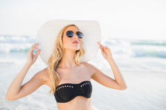 Sexy blonde in elegant bikini wearing straw hat and sunglasses Royalty Free Stock Photos