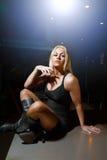 Sexy blonde Frau auf einem dunklen Hintergrund Lizenzfreie Stockbilder