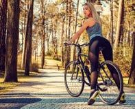 Sexy blonde Frau auf einem Fahrrad Lizenzfreie Stockbilder