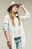Sexy blonde Frau in den Jeans und im Hut Lizenzfreie Stockfotografie
