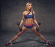 Sexy blonde Frau in der bunten Sportkleidung Lizenzfreies Stockbild