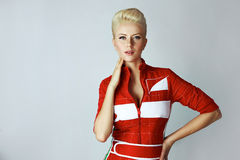 Sexy blonde Frau der Porträtschönheit im roten Kleid perfekt Lizenzfreie Stockfotografie