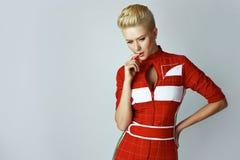 Sexy blonde Frau der Porträtschönheit im roten Kleid perfekt Stockbild