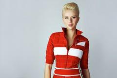 Sexy blonde Frau der Porträtschönheit im roten Kleid perfekt Lizenzfreie Stockfotos