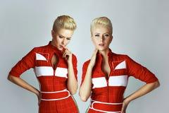 Sexy blonde Frau der Porträtschönheit im roten Kleid perfekt Stockfotos