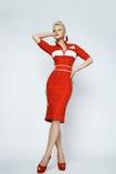 Sexy blonde Frau der Porträtschönheit im roten Kleid perfekt Stockfotografie