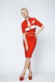 Sexy blonde Frau der Porträtschönheit im roten Kleid perfekt Stockbilder