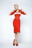 Sexy blonde Frau der Porträtschönheit im roten Kleid perfekt Lizenzfreies Stockbild