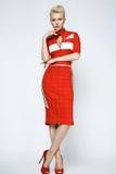 Sexy blonde Frau der Porträtschönheit im roten Kleid perfekt Lizenzfreie Stockbilder
