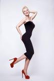 Sexy blonde Frau der Schönheit im perfekten Körper des dünnen schwarzen Kleidpinup Stockbilder