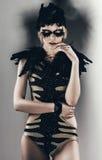 Sexy blonde Frau in der schwarzen Feder Lizenzfreies Stockfoto