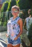 Sexy blonde Frau in der Sonnenbrille Lizenzfreie Stockbilder