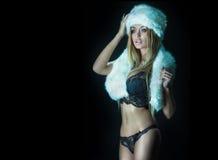 Sexy blonde Frau, die in der Wäsche aufwirft Stockfoto