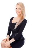 Sexy blonde Frau im schwarzen Kleid Stockfotos