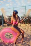 Sexy blonde Frau im Bikini, der auf dem Strand aufwirft Lizenzfreie Stockfotos
