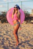 Sexy blonde Frau im Bikini, der auf dem Strand aufwirft Lizenzfreies Stockfoto