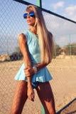 Sexy blonde Frau im blauen Kleid auf dem Strand Lizenzfreie Stockfotografie