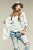 Sexy blonde Frau im hellen Hut- und Denimhemd Stockfotos