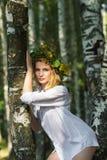 Sexy blonde Frau im Hemd, das nahe den Birken steht Stockbilder