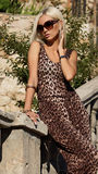 sexy blonde Frau im Leopardkleid mit Sonnenbrille Lizenzfreie Stockfotos