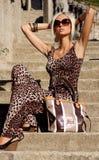 Sexy blonde Frau im Leopardkleid mit Sonnenbrille Lizenzfreies Stockbild