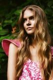 Sexy blonde Frau im rosa Kleid bei Sonnenuntergang Lizenzfreies Stockbild