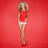 Sexy blonde Frau im roten Trägershirt Lizenzfreies Stockbild