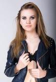 Sexy blonde Frau mit dem langen Haar in der Lederjacke mit Make-up Smokey Eyes Stockbilder