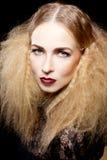 Sexy blonde Frau mit den roten Lippen und Frisur Stockfotos